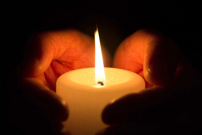 Kerze in Händen